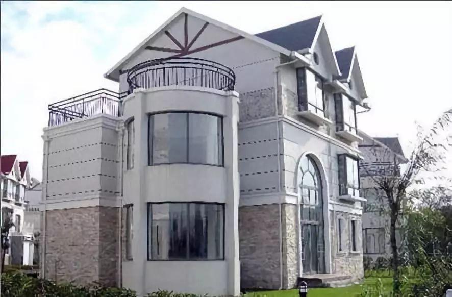 再看他住的地方,是一栋市值两亿的别墅.
