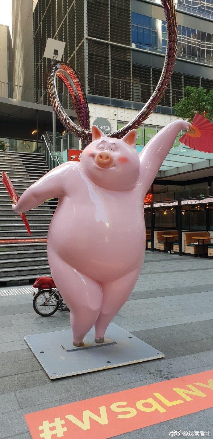 来看看澳大利亚悉尼的天下广场为驱逐中国春节摆放的猪猪雕像