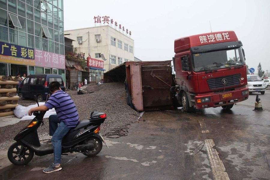 大卡车司机忘记了这件事,直接撞上桥洞险些侧翻