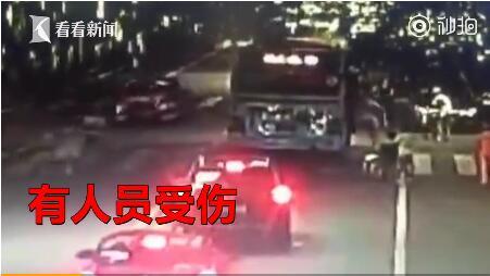 四川乐山一公交车疑似爆炸 玻璃震碎12人受伤