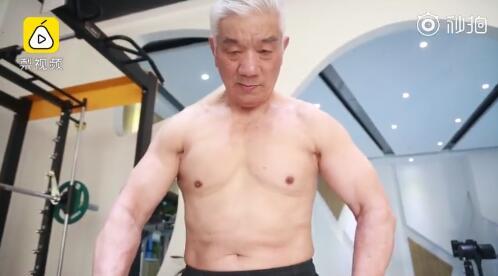 """8旬大爷胸肌能""""跳""""舞:施瓦辛格现在的身材都不如我"""